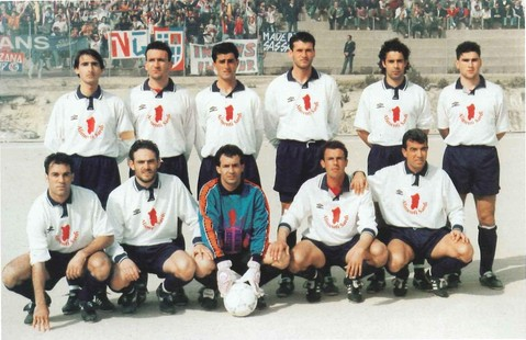 Dino Palmas (primo degli accosciati) con la maglia del Castelsardo)