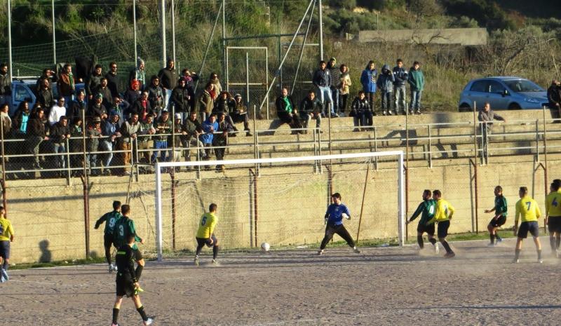 Il gol vittoria del Thiesi (foto Salvatore Dore)